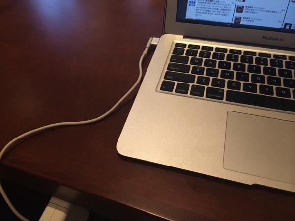 長い机にMacBookAirを置いた