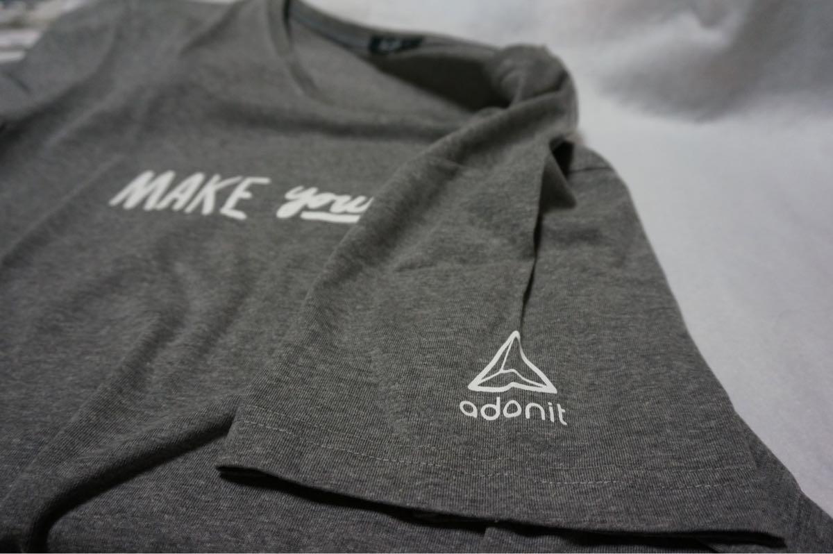 AdonitのTシャツ
