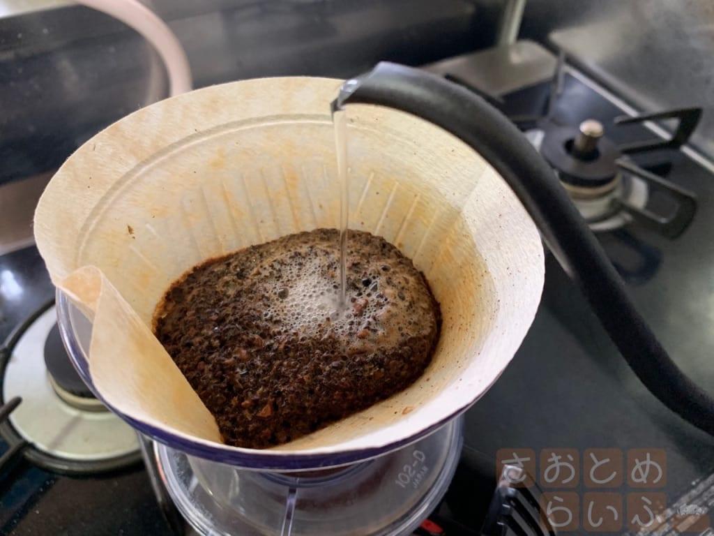 コーヒーポットでお湯をゆっくり注いだ後