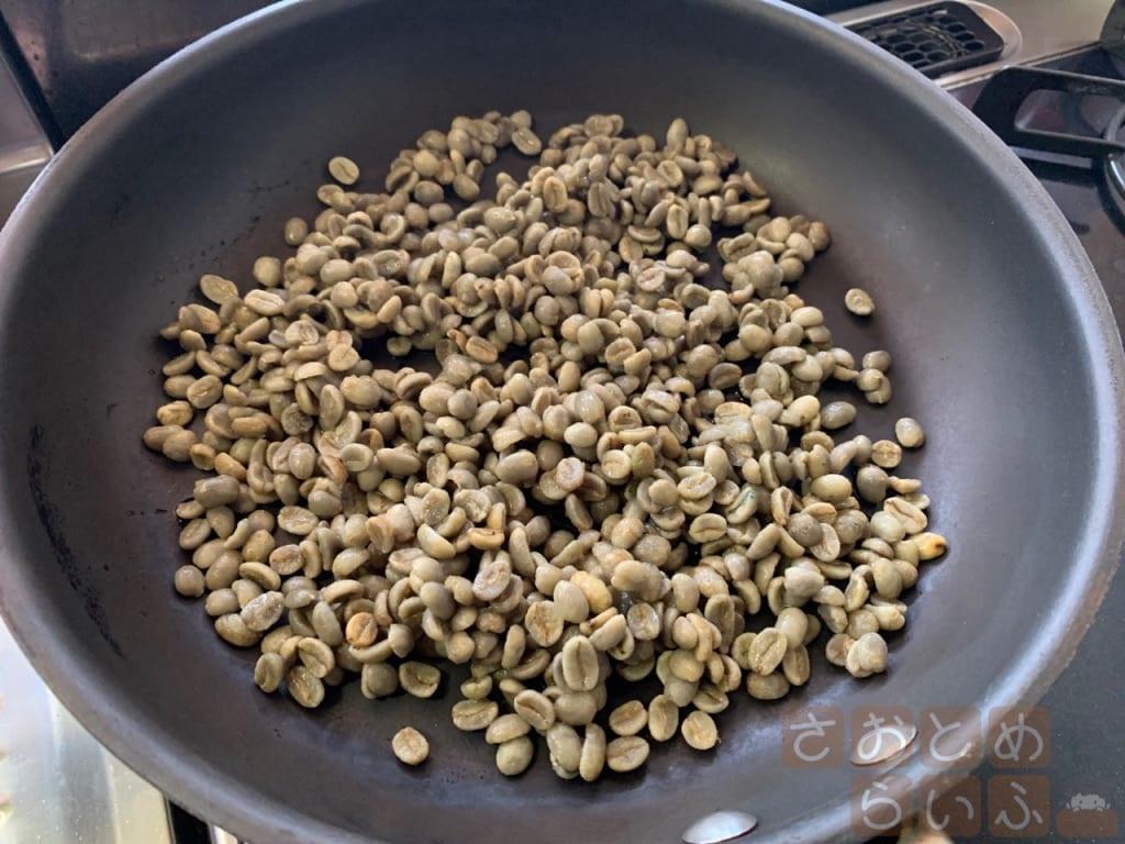 フライパンに豆を入れた