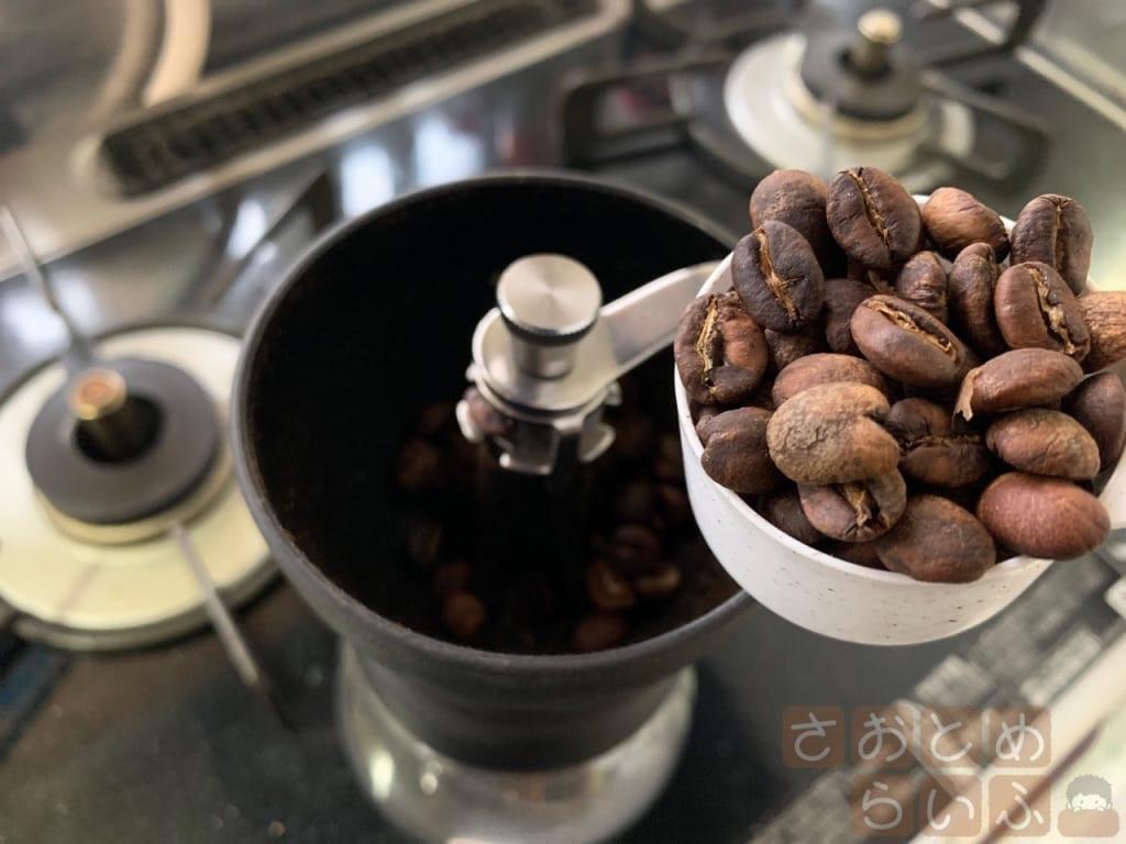 コーヒーミルと計量カップ