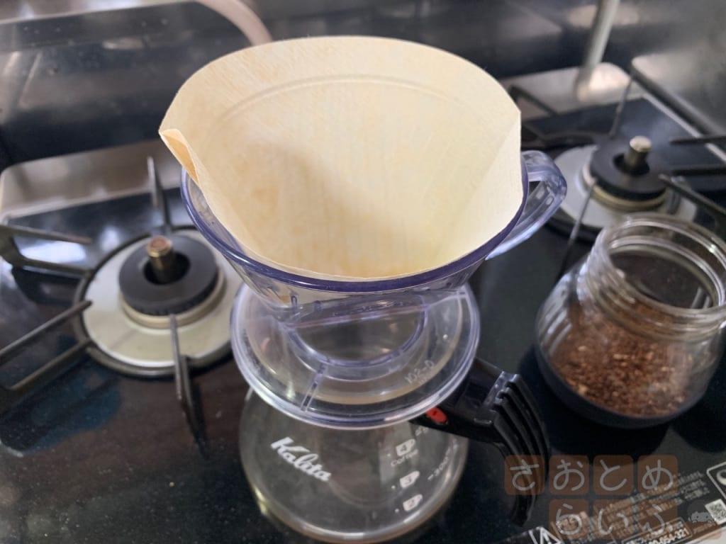 ペーパーフィルターとドリッパーとコーヒーサーバーをセットした