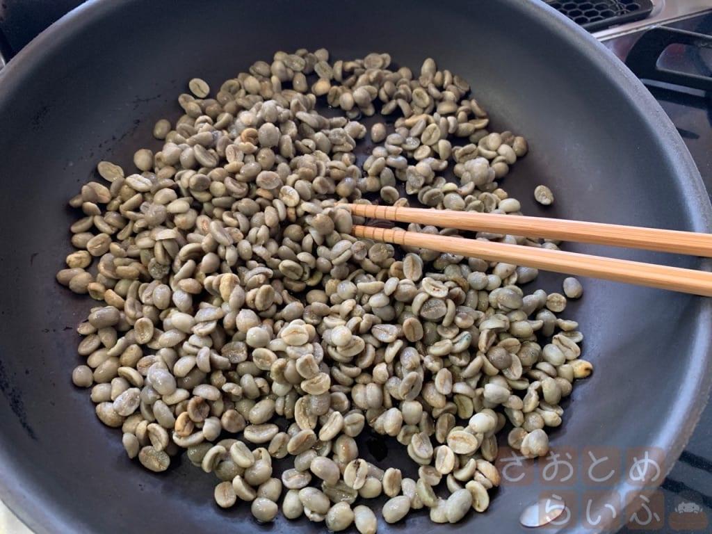 豆を箸でかき混ぜている
