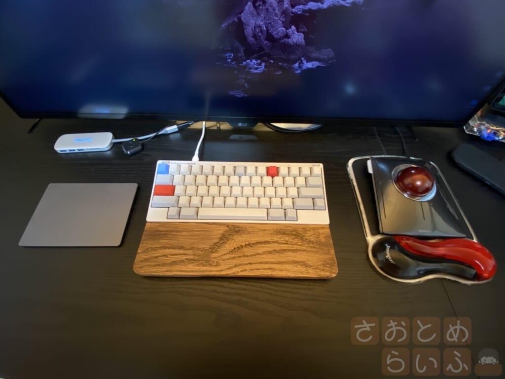 左から、MagicTrackPad、HHKBとパームレストウッド、トラックボール